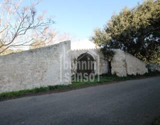 Suelo rústico con boyeras en ruinas, Menorca