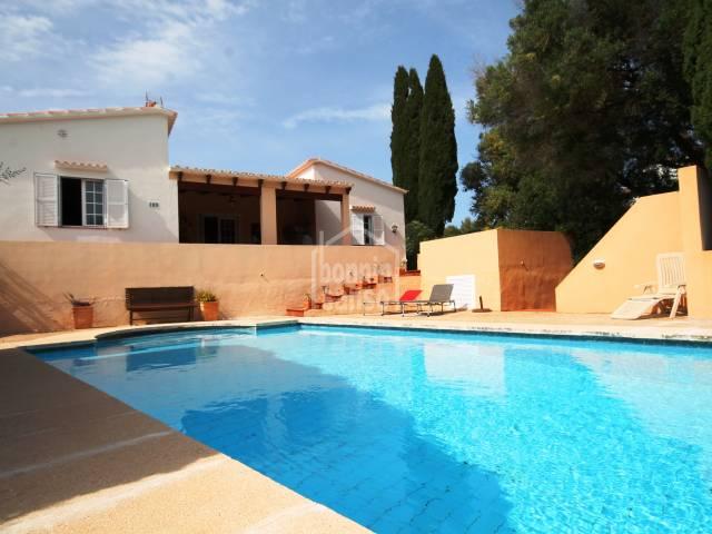Chalet rodeado por inmaculados jardines con piscina