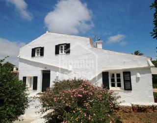 Encantadora casa de tipico estilo menorquin, con jardín.