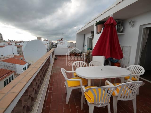 Ático con vistas al mar desde su terraza en Es Castell