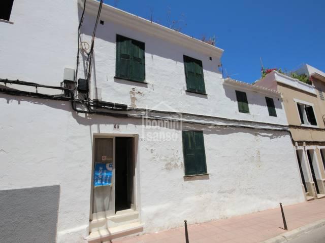 Solar urbano en Mahón con precaria edificación existente