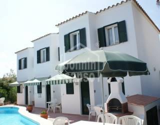 Tres chalets con terrazas y piscina compartida entre ellos