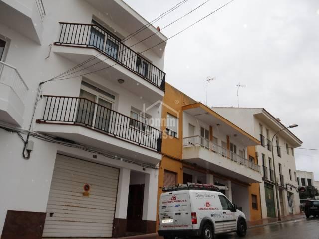 Casa con garaje, patio y terrazas en Alayor