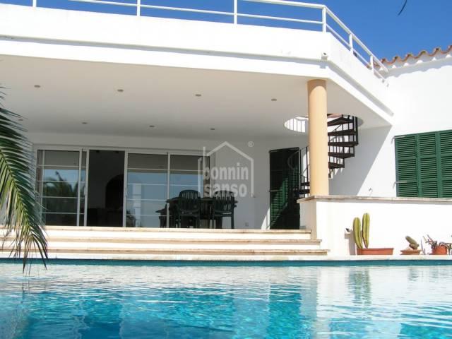 Chalet moderno con vistas, en Cala Llonga, Menorca