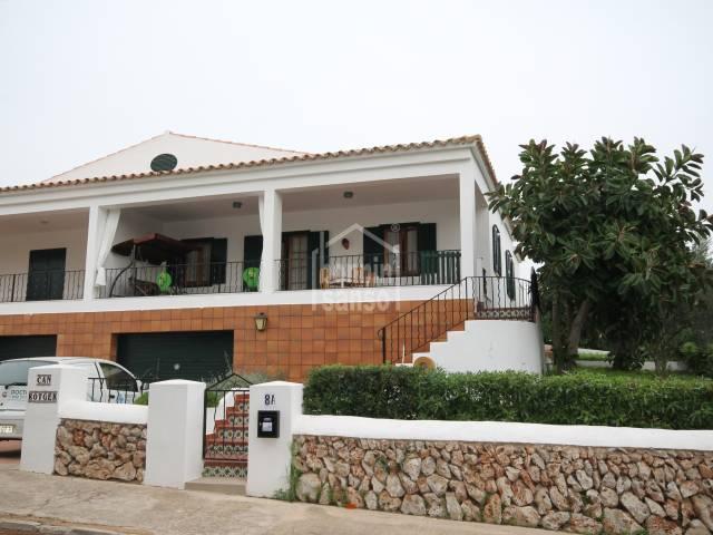 Casa adosada con piscina y lejanas vistas al mar Canutells