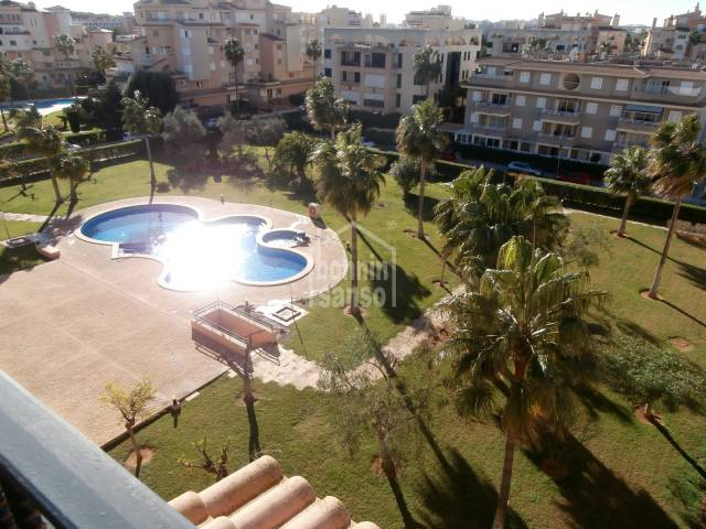 Sunny Attic apartment en Sa Coma, offers approx. 96m² with 2 bedrooms and 2 bathrooms, well looked after community with a lovely pool and garden, parking and stroreroom included.