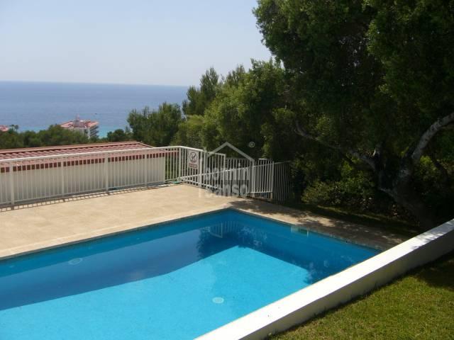 Chalet con vistas al mar. Playa de Santo Tomás. Menorca