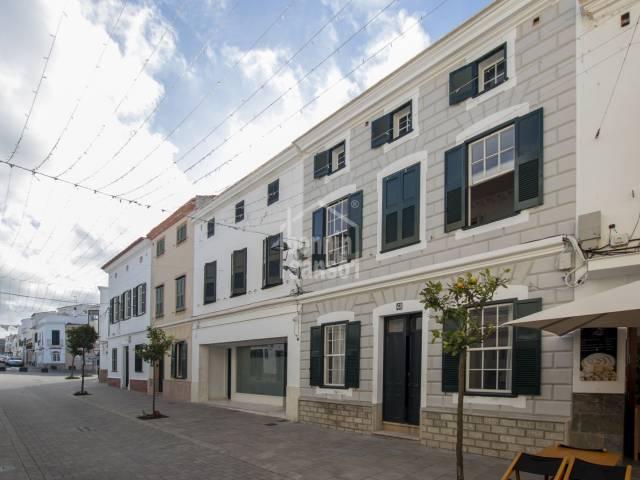 En el centro del pueblo un espectacular casa  adosada en Mercadal, Menorca.