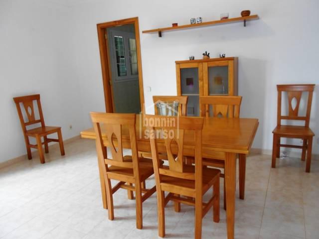 En Mercadal, Menorca y muy cercana al centro de la población , interesante vivienda en planta primera .