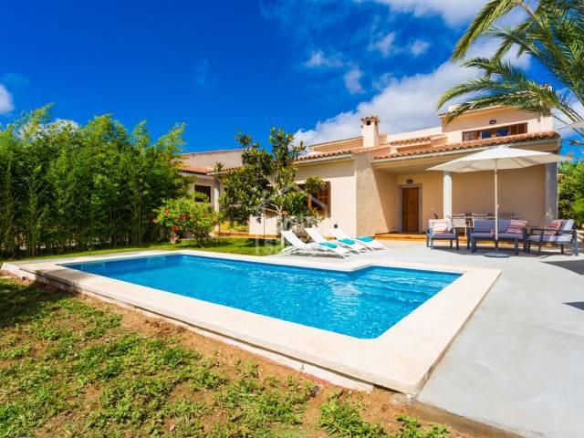 Espaciosa casa de dos plantas de aprox. 280 m² incl. terrazas en un solar de 800 m² situado en una urbanización  tranquila, muy cerca del mar y la playa de Sa Coma.