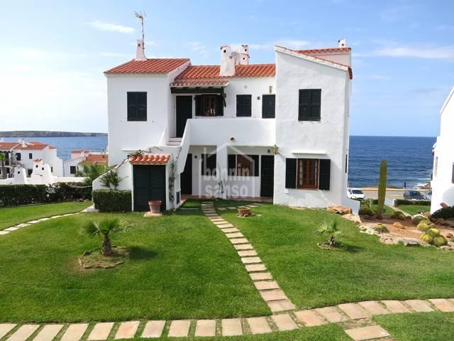 En Playas de Fornells, Menorca, fantástico apartamento con vistas al mar.