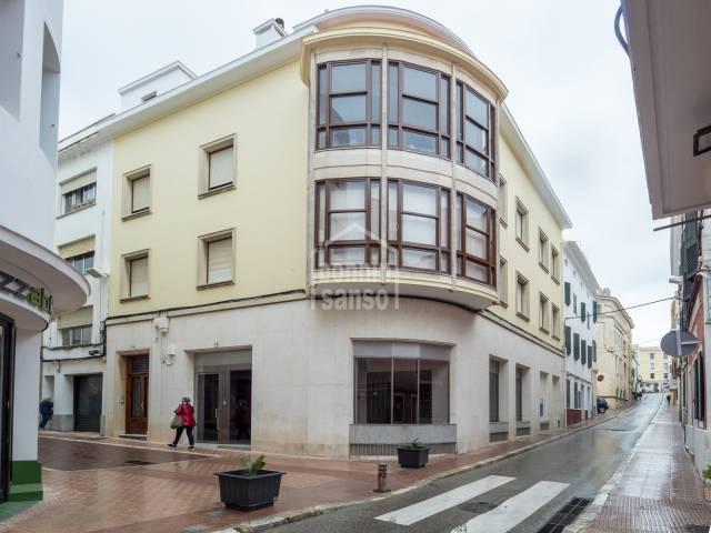 Local comercial en esquina del centro comercial de Mahón, Menorca