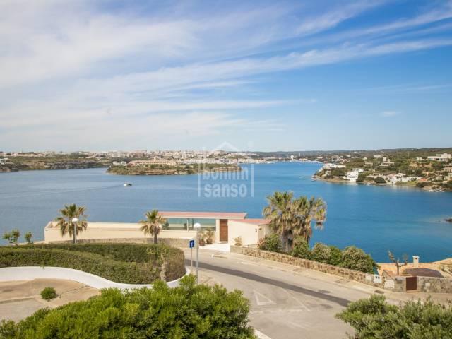 Vistas panorámicas desde la entrada del Puerto de Mahón hasta la colarsega, Cala Llonga, Menorca.