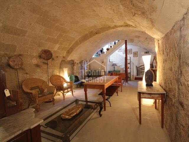 Refurbished comercial property with vaulted basement, very central, in Mahón in Menorca