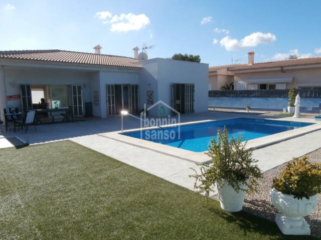 Modern sunny bungalow situated in lovely quiet surroundings. 140m2, possibility to extend on plot of 1058m² with its own wooded area at the end of the garden. Only a few minutes to the Son Serra de Ma