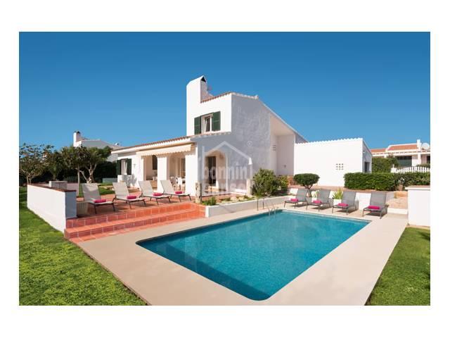 Chalet con piscina y vistas al mar en Binibeca Vell, Menorca