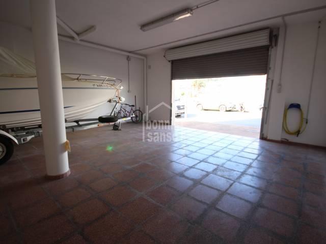 Grand garage au pied de la rue, très central à Ferrerias, Minorque