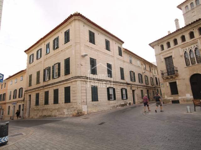 Second floor furnished apartment with three bedrooms in the centre of Mahon