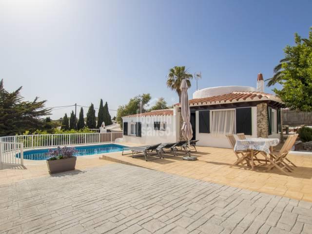 Chalet reformado de dos habitaciones y piscina en Calan Porter, Menorca