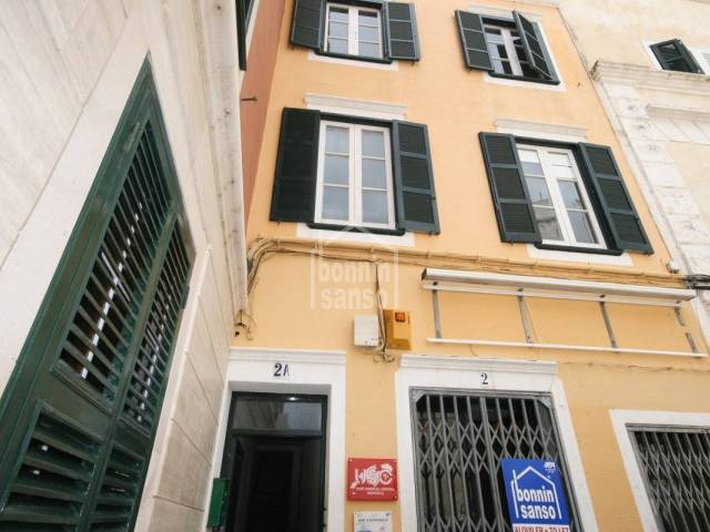 First floor apartment/ local in the historic city centre of Mahón with three rooms and terrace.