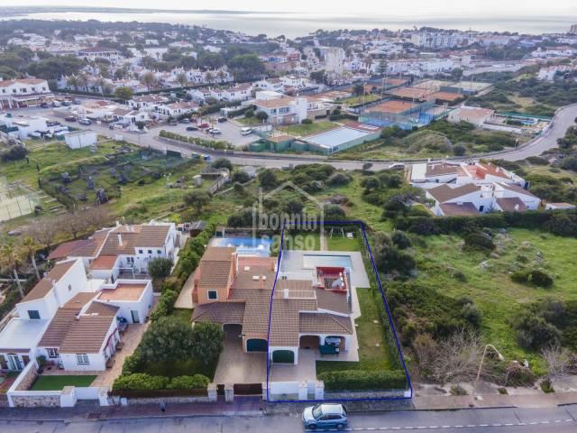 Doppelhaushälfte mit Swimmingpool in Calan Blanes, Menorca.