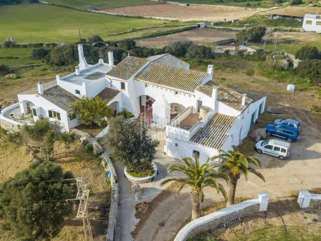Finca rural en plena actividad agrícola y ganadera, Ciutadella, Menorca.