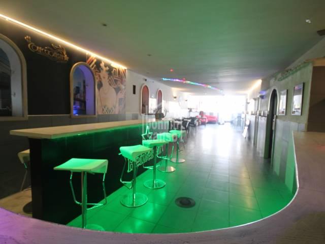 EN TRASPASO. Bar de copas en primera planta, con licencia, en el puerto de Mahón, Menorca.