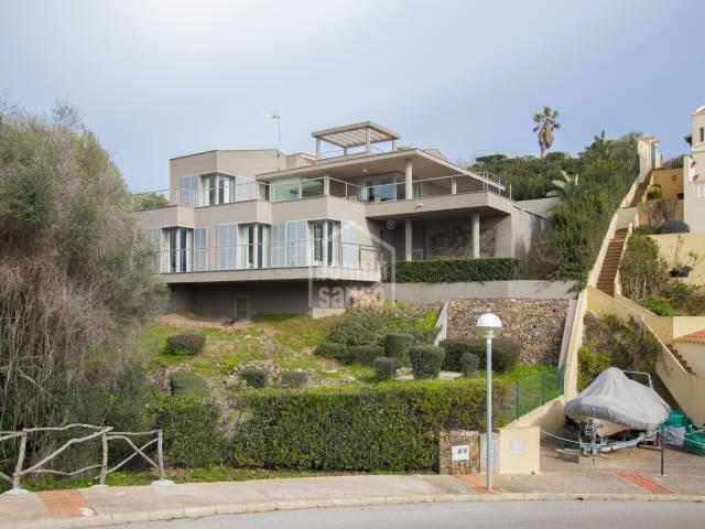Villa contemporanea con orientacion sur y  vistas panoramicas al Puerto de Mahon. Menorca