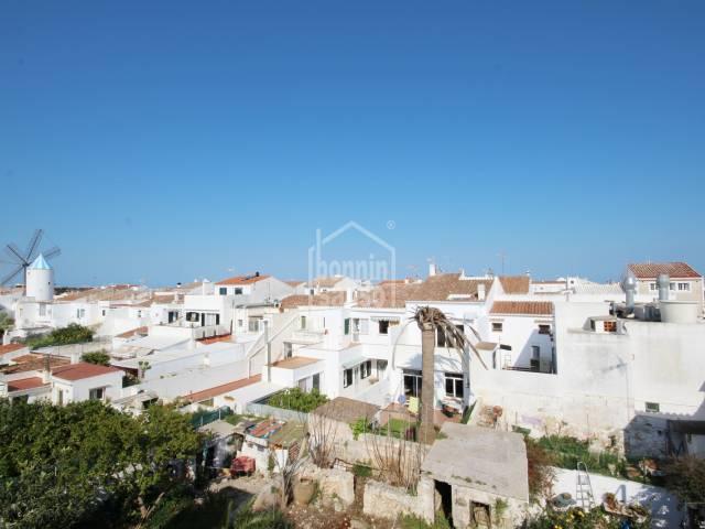 Gran edificio con esquina a dos calles en zona centro de Sant Lluis, Menorca