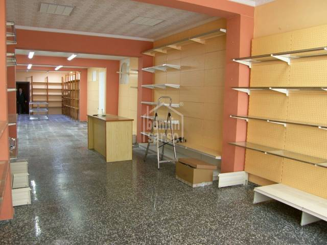 Business premises/ ground floor property with patio in the centre of Es Castell