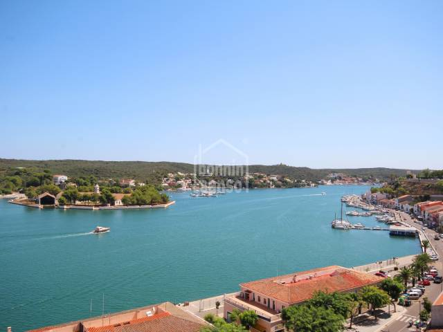 Large apartment in Plaza Miranda with harbour views.