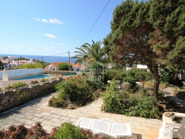Chalet grosse Terasse mit Meerblick auf Calan Porter in Menorca