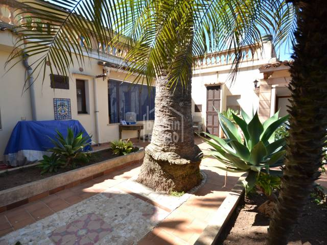 Ground floor property in typical mallorcan house of approx.140m² including the patio/courtyard area. Situated in the idylic village of Son Carrio