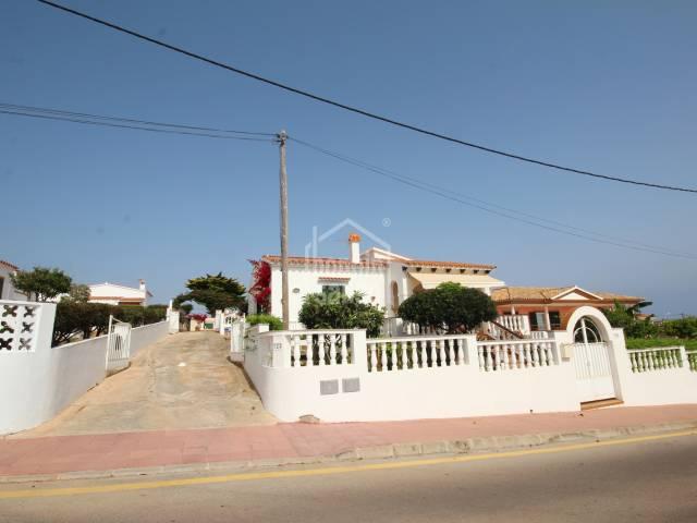 Chalet con piscina y vistas lejanas al mar en Calan Porter, al sur de Menorca