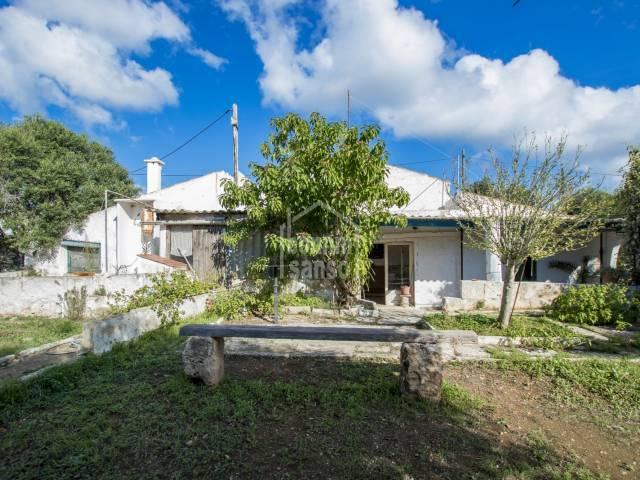 Conjunto de varias edificaciones para reformar en Trebaluger, Menorca