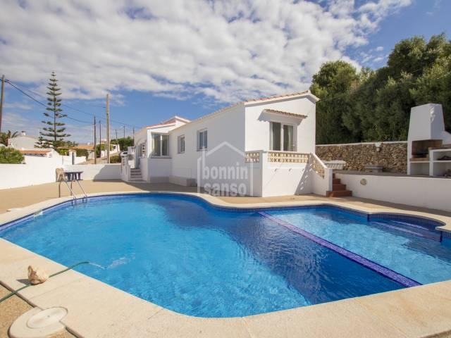 Dos chalets que comparten piscina con vistas al campo en Calan Porter, Menorca