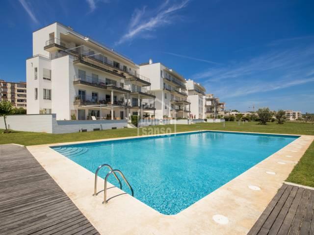 Magnifica planta baja con jardines y piscina sobre el Puerto de Mahón. Menorca