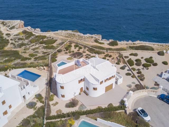 Grossartige Neubauvilla direkt an den Klippen von Cala Morell, Ciutadella, Menorca.