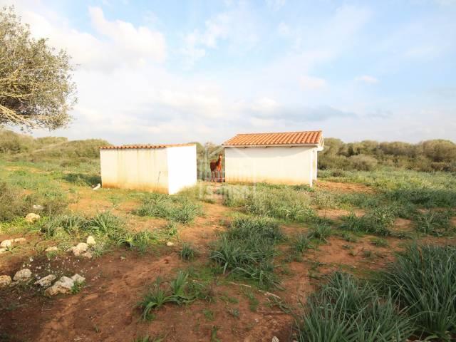 Grand terrain rustique adapté à la culture avec un grand réservoir d'eau et pour les chevaux dans la région de Cala Morell, Ciutadella, Minorque