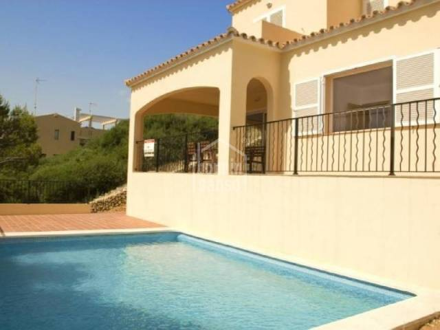 Detached villa in Cala Llonga, with terrace and pool. Menorca