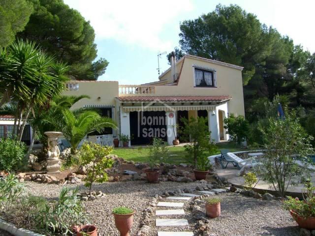 Atractivo chalet con gran terreno y piscina en Son Parc Menorca