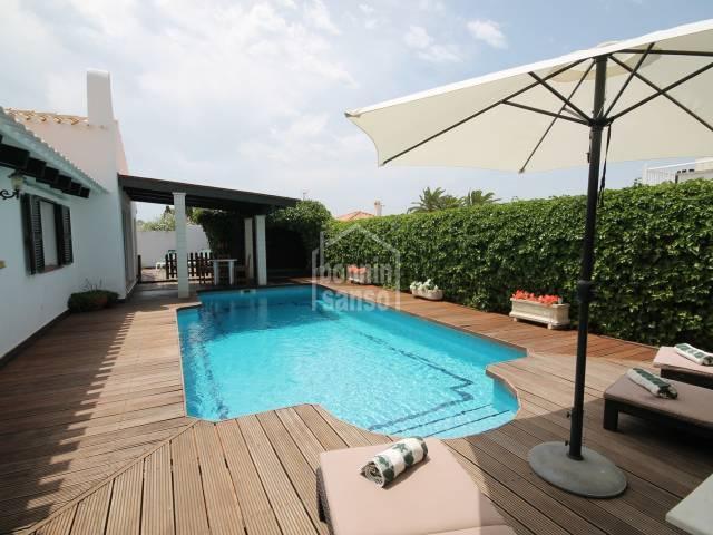 Lujoso chalet con un jardín exhuberante y una hermosa piscina privada, un jacuzzi semi cubierto y sauna en Cala'n Porter, Menorca