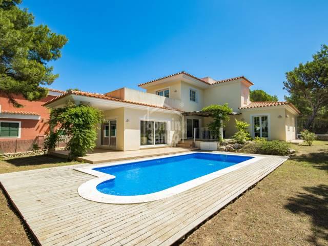 Neu gebaute Villa in der Nähe des Golf und Son Parc Beach, Menorca.