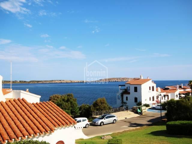 Hermosos jardines y vistas al mar en Playas de Fornells, Menorca.
