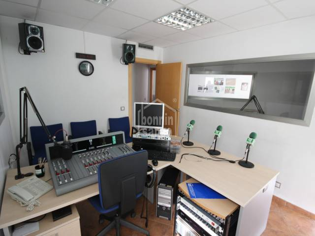 Attention! Radio station located in Mahon.