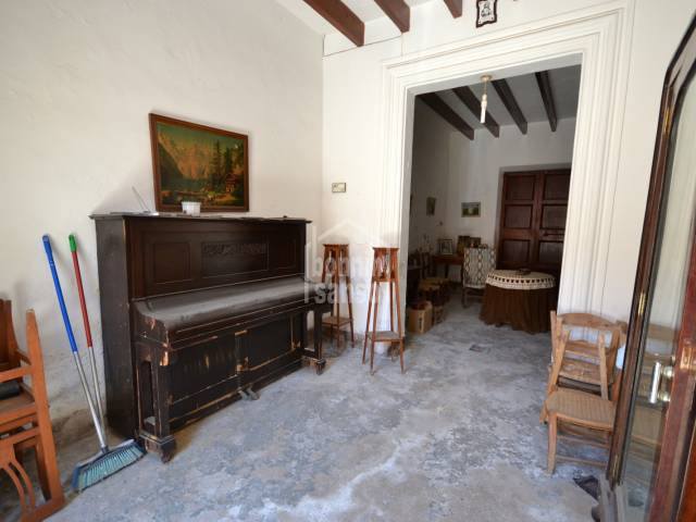 Old Mallorcan village house for complete renovation in Son Servera. offers approx. 200m², 4 bedrooms, garage and patio.