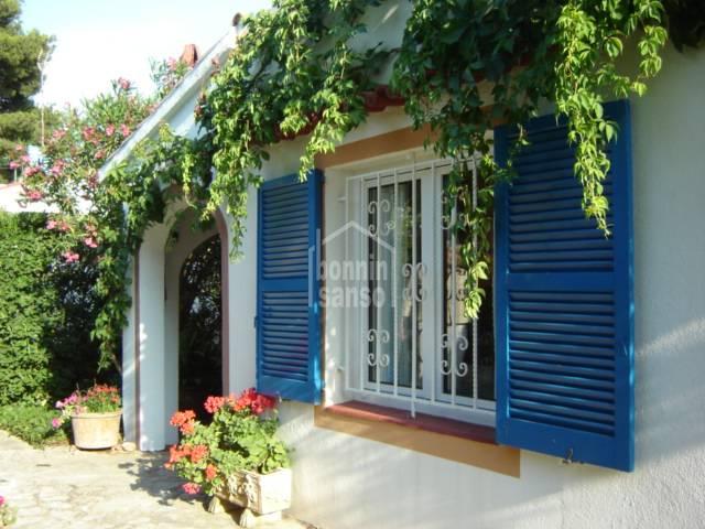 Precioso chalet en dos plantas en zona tranquila y con vistas despejadas al campo en Santandría Menorca