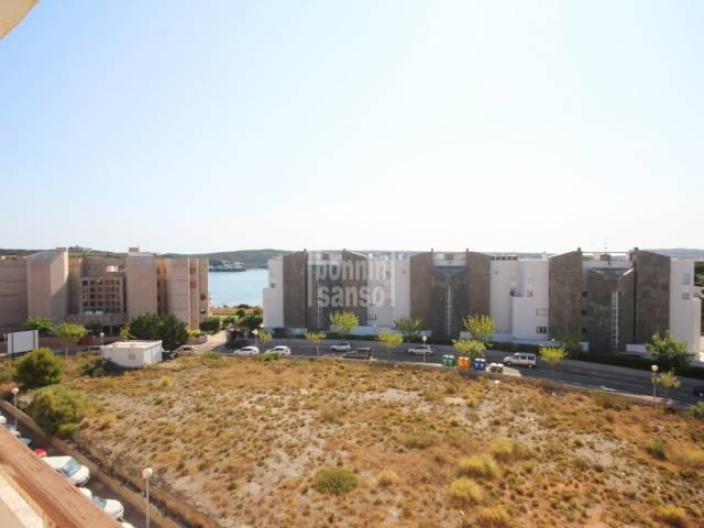 Interesante piso para reformar en cuarta planta con algo de vistas al mar. Mahón, Menorca