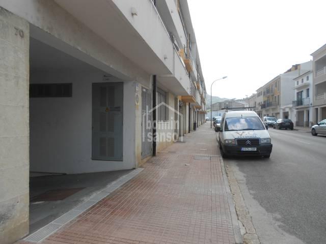 Plaza de aparcamiento en el pueblo de Es Mercadal, Menorca