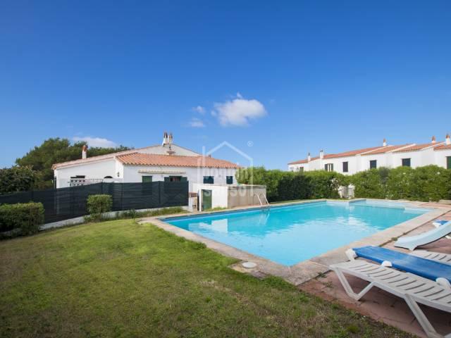Casa adosada con piscina y lejanas vistas al mar Canutells, Menorca